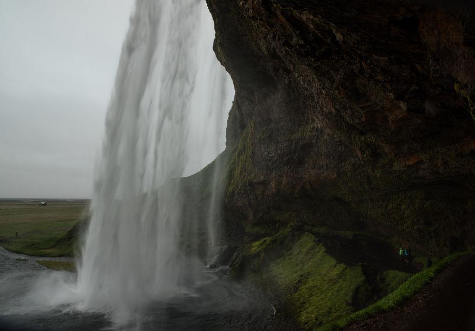 Der Seljalandsfoss - von diesem Touristenmagnet hatte ich mir tolle Bilder versprochen. Leider hat uns der Regen einen Strich durch die Rechnung gemacht. Dennoch sehr beeindruckend, vor allem wenn man hinter den Wasservorhang gehen kann!