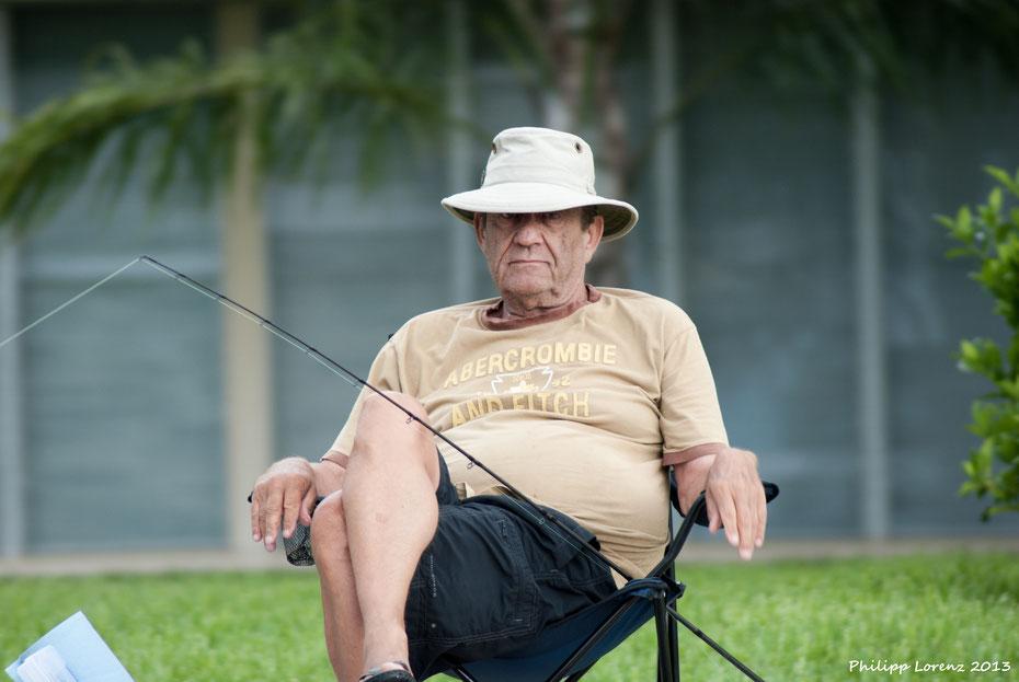 Ich wäre auch angepisst wenn ich im Regen von Fort Lauderdale fischen müsste ;-)