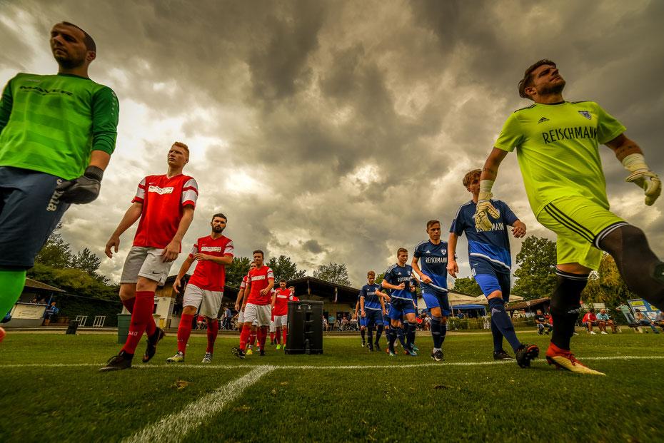 Entering the Arena - erstes Endturnier-Spiel beim Markdorf Cup 2018. Das oberschwäbische Derby zwischen dem FV Ravensburg und dem SV Weingarten ging deutlich zu Gunsten der Turmstädter aus.