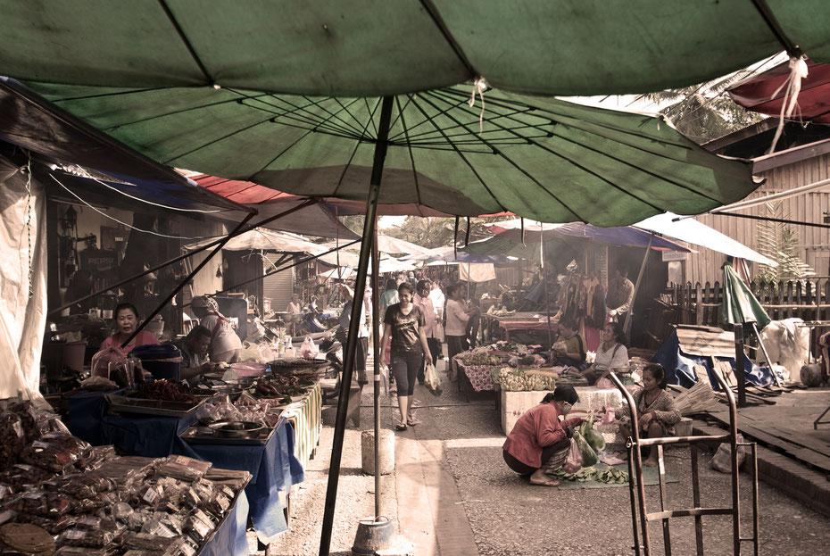 Morgens muss man sich in Luang Prabang unbedingt den Almosengang der buddhistischen Mönche anschauen. Wenn man schon mal wach ist lohnt sich auch der Besuch auf dem Morgenmarkt. Frischer geht es nicht!