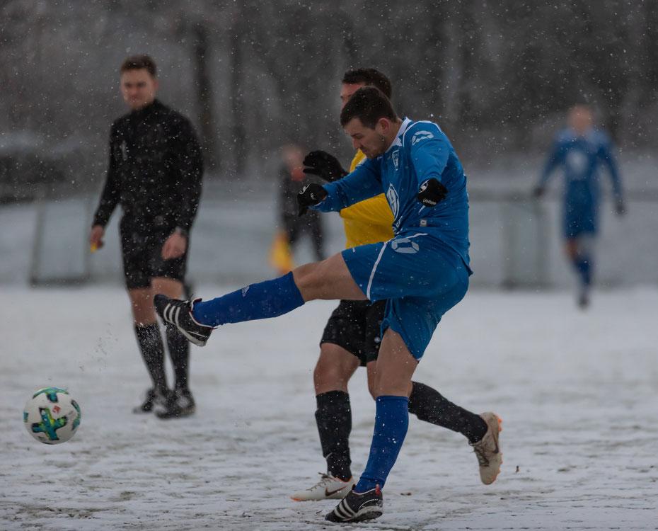 Bei widrigen Bedingungen testet der SC Markdorf (Ralph Kristen, blaues Trikot) gegen den FV Sportfreunde Altshausen. [03.20.2019, Kunstrasen Markdorf]