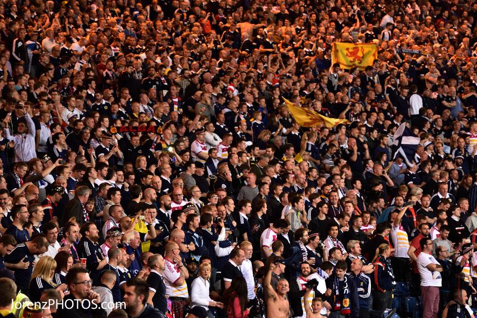 The Tartan Army. Die Fans der schottischen Fußballnationalmannschaft unterstützen ihr Team im EM-Qualifikationsspiel gegen Deutschland im Glasgower Hampden Park. Eine bessere Stimmung auf den Tribünen findet man selten.