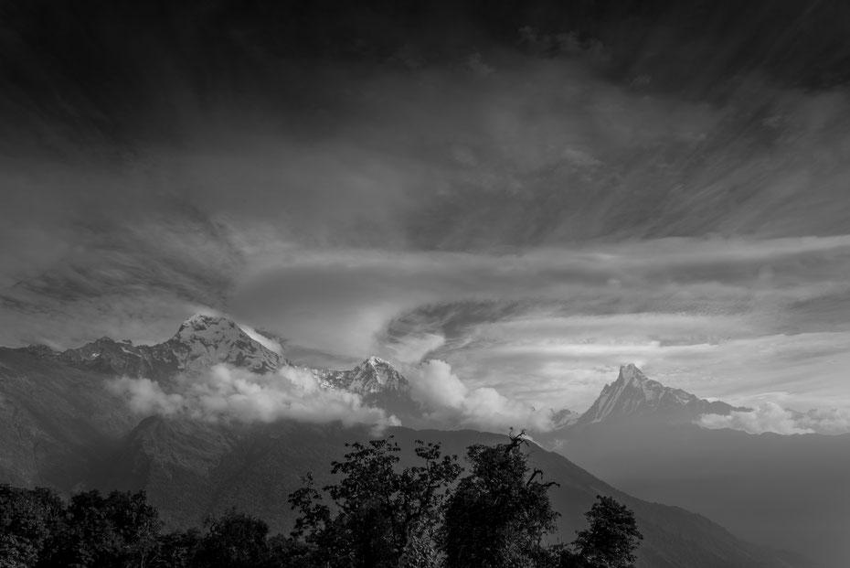 Annapurna, Hiunchuli und Machapucharé, diesesmal in schwarz-weiss bearbeitet.