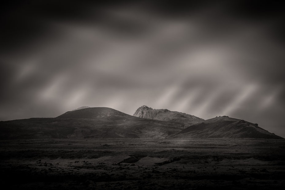 Gefühlt ändert sich ja nach jeder Kurve die isländische Landschaft. Berge, Lavafelder, Gletscher...