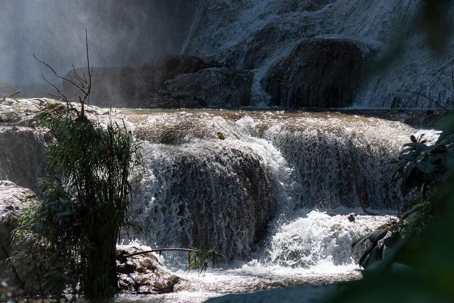 Oft photographiert und immer noch schön anzuschauen. Der Tad Kuang Xi Wasserfall in der Nähe von Luang Prabang. Über mehrere Kaskaden stürzt das Wasser photogen Richtung Tal. Der Besuch gehört zum Pflichtprogramm in Luang Prabang!