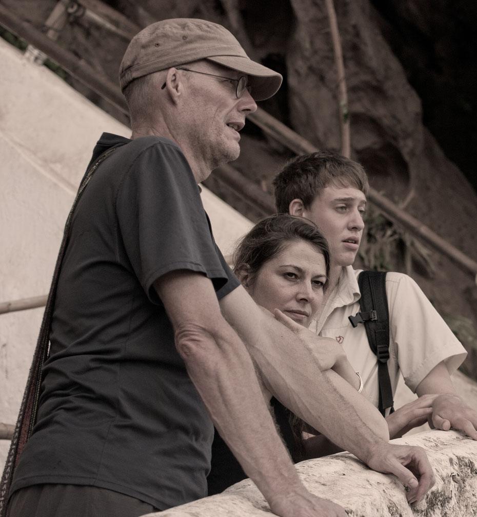 """""""Drei Denker"""" - Joe, Carolin und Nico (v.l.) versunken in Gedanken. Wie es im gemütlichen Laos ab und an passiert... That's the way to travel!"""