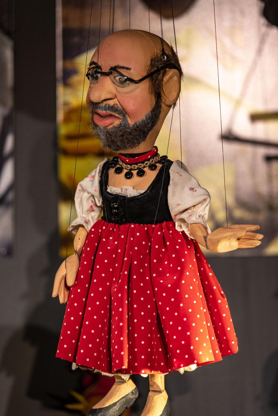 Auch Prominente (vor allem Politiker) schaffen es in die Puppenkiste. Neben den Aufführungen für Kinder finden regelmäßig auch Kabarett-Abende und Theaterstücke für Erwachsene in der Kiste statt.