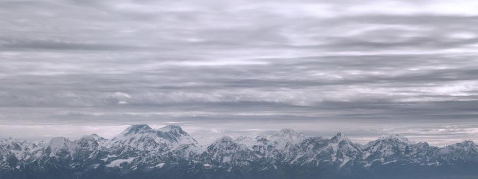 8848 - Sagarmatha oder wie der Berg wahrscheinlich geläufiger sein dürfte: Mount Everest. Das Highlight auf dem Rundflug war natürlich der Everest (links), keine Frage! Direkt daneben ist mit dem Lhotse der vierthöchste Berg der Erde! WOW!!!