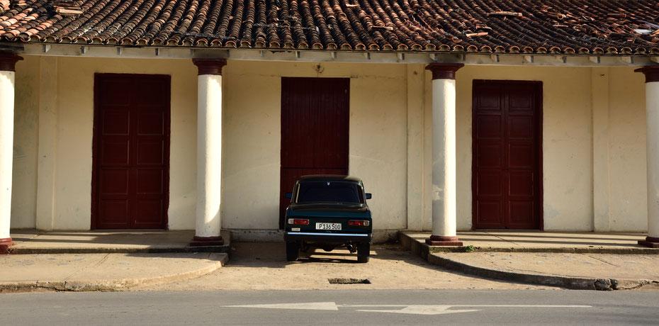 Erster Zwischenstop: das Valle de Vinales. In dieser Gegend wird ein Großteil des kubanischen Tabaks angebaut. Die klassischen osteuropäischen Autos prägen das Bild in den Dörfern, schön hergerichtet ein echter Blickfang.