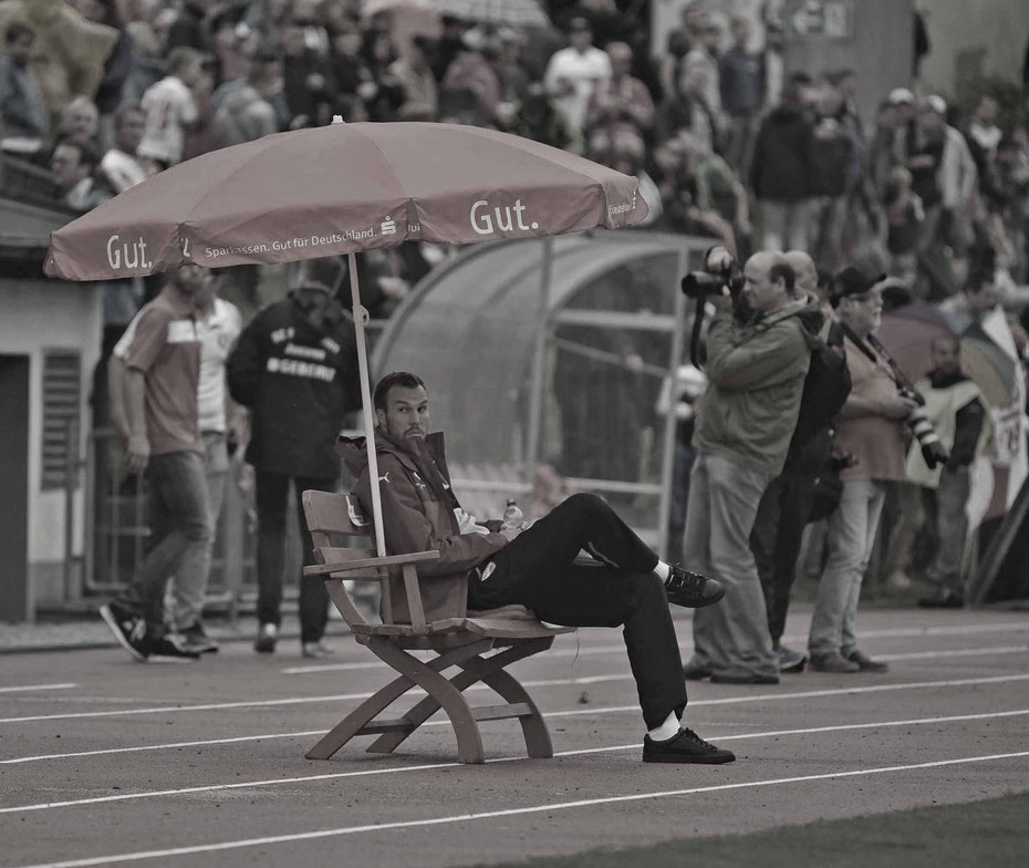 Kevin Großkreutz wartet auf den Spielbeginn beim Vorbereitungsspiel SC Pfullendorf - VfB Stuttgart im Waldstadion.