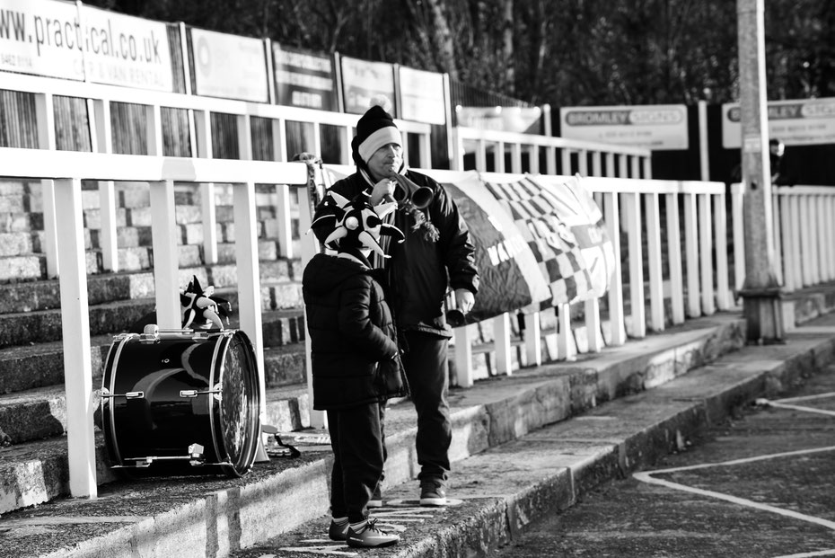 Ein seltenes Bild: Support nach Festland-Vorbild in England. Die Cray Wanderers in der achten Liga werden von dieser Familie tatkräftig unterstützt. Mit Pauken und Trompeten. Immer mal wieder wird man beim groundhoppen überrascht!