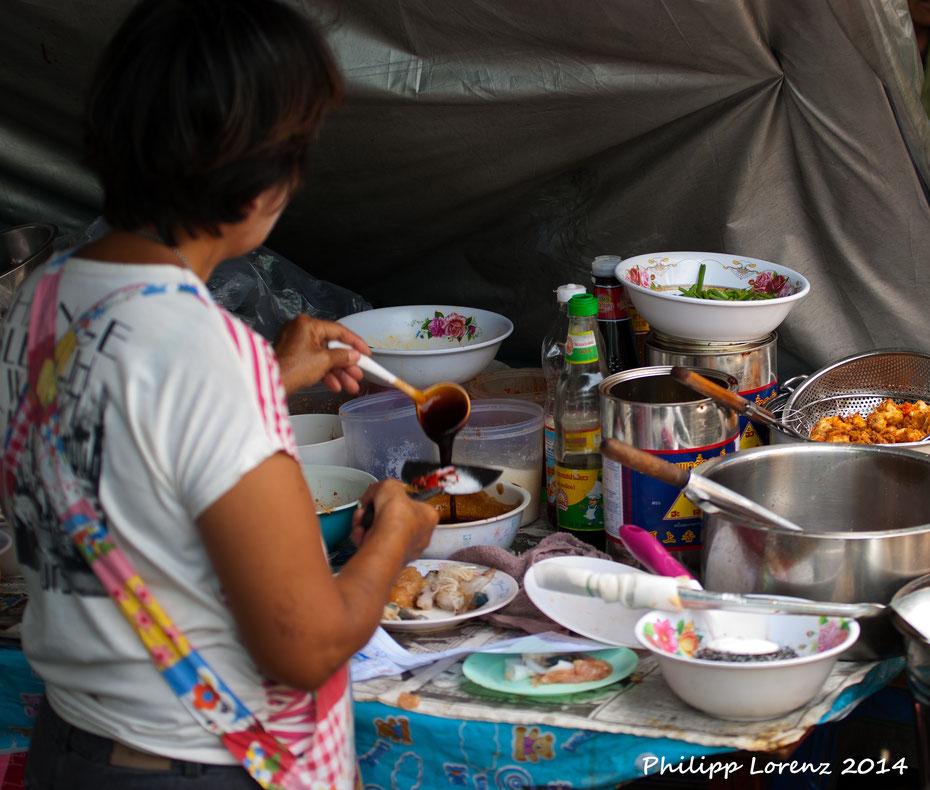 Vor der großen Tempeltour sollte man aber erst etwas essen, am besten frisch aus der Garküche. Aber vorsicht: den Magen sollte man als Europäer nicht überstrapazieren! Scharf heisst beim Thailänder auch wirklich scharf! Ein kaltes Chang hilft!