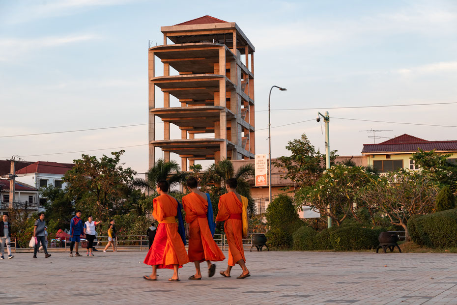 Vientiane - Laos erwacht langsam aus seinem jahrelangen Dornröschenschlaf. Nicht nur wie hier in Vientiane wird allerorts gebaut. Die buddhistischen Mönche prägen überall das Stadtbild.