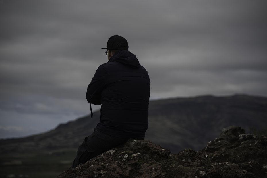 """Lonely - auf Island hat man auch als Tourist viel Zeit zum Nachdenken. Wie hier am Keirid Krater der auf dem """"Golden Circle"""" liegt."""