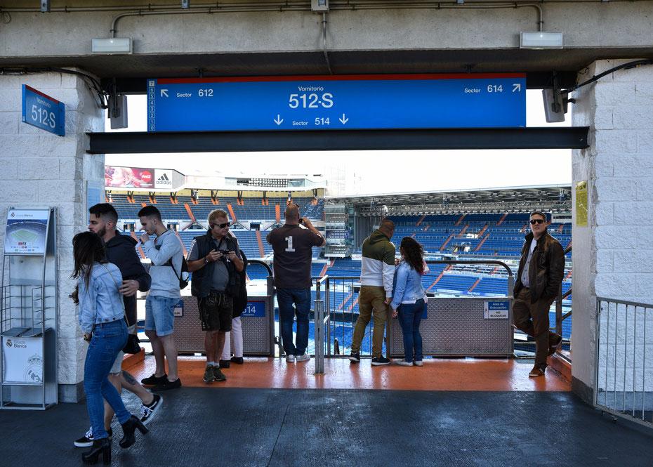 """Ein Besuch im monumentalen Estadio Bernabeu darf natürlich bei keinem Madrid Besuch fehlen. Noch besser ist es natürlich wenn die """"Galacticos"""" auf dem Rasen stehen, eine Stadiontour ist aber auch mal ganz nett."""