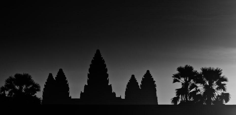 Awesome! Magisch! Angkor Wat mit Worten zu beschreiben fällt mir ziemlich schwer. Man muss es erleben um es zu begreifen. Das Bild entstand am frühen Morgen kurz nach Sonnenaufgang während fast alle Touisten im inneren des Weltwunders unterwegs waren.