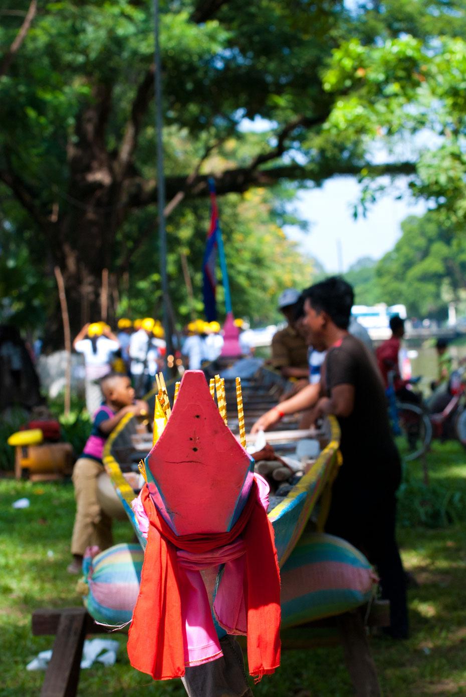 Am Ende der Regenzeit wenn der Tonle Sap Fluss seine Fließrichtung ändert wird in Siem Reap das Wasserfest (Bom Om Touk) gefeiert.  Die ganze Stadt ist auf den Beinen und auf dem Fluss findet eine große Langboot-Regatta statt.