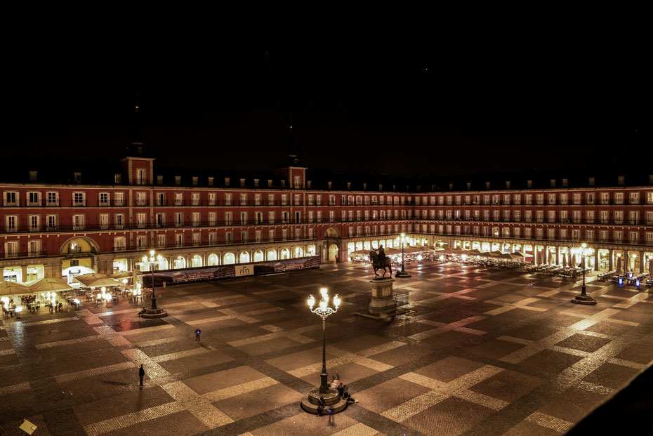 Same Same, but different - der Plaza Mayor später am Abend. Am lauen Frühlingstag im April waren die Cafés und Bars rund um den Platz noch gut besucht. So lässt es sich aushalten!