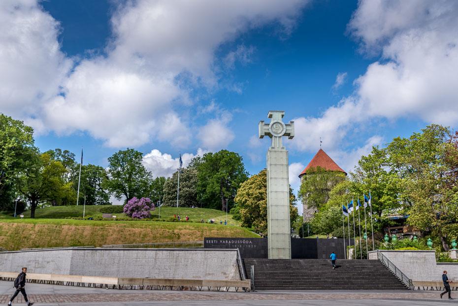 Vabaduse väljak - Estland musste in der Geschichte mehrfach um seine Freiheit kämpfen. Das Symbol auf der Freiheitsstatue aus Plexiglas ist die höchste militärische Auszeichnung der estischen Streitkräfte.