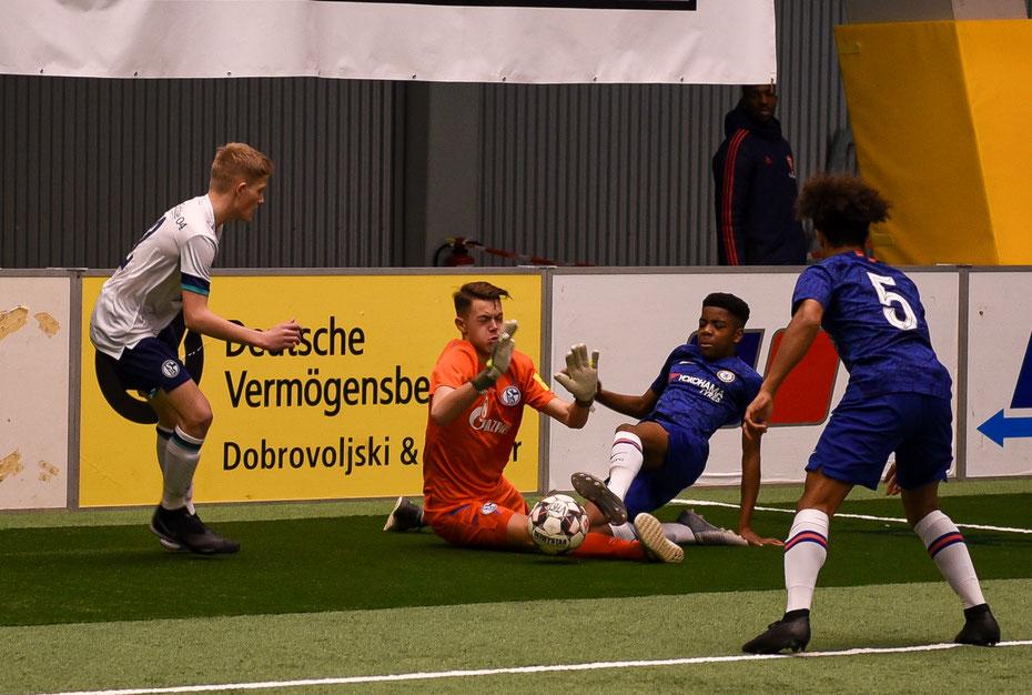 FC Schalke vs FC Chelsea hieß das Eröffnungsspiel beim diesjährigen MTU Hallencup.