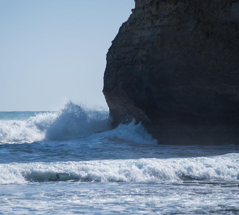 12 Apostels - die unbändige Kraft des südlichen Ozeans formte über Jahrtausende die Felsformation Twelve Apostels an der Great Ocean Road in Australien. Langfristig gewinnt der Ozean, es stehen nur noch acht der Felsen. [25-10-2018]