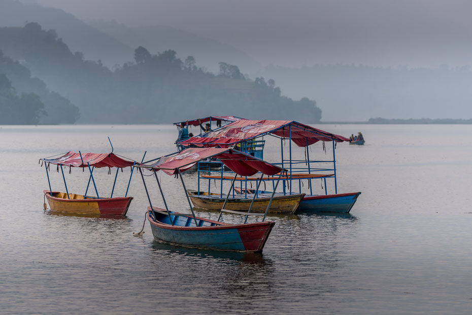 Am Ufer des Phewa Sees liegt Pokhara. So ruhig wie auf dem Photo geht es am Seeufer nur selten zu. Die Touristen lassen sich mit den kleinen Booten zur Insel mit dem Stupa bringen.