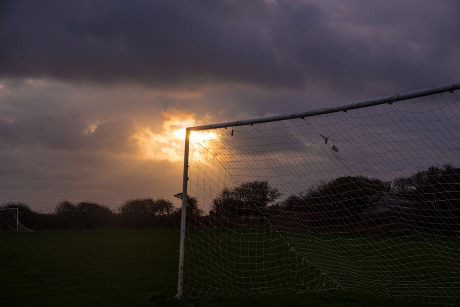 Grassroots Sunset - die Grounds in Großbritannien haben einfach Charme, besonders beim Sonnenuntergang.