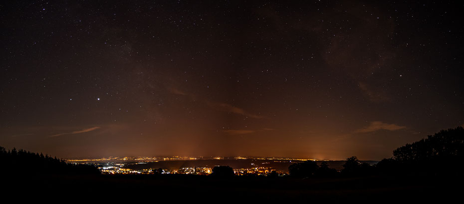 Perseiden 2020 - ein Panorama aus vier Einzelbildern. Die Sternschnuppen ins Bild zu bekommen war nicht so leicht, ein paar hab ich aber gesehen. Und für die Astrologen haben ich Jupiter und Saturn im Bild versteckt. [11-08-2020]