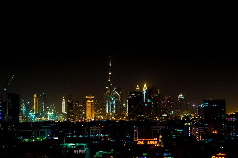 Für eine fantastische Aussicht auf das (aktuelle) Wahrzeichen Dubais, den Burj Khalifa zu haben musste ich nur die Jalousien aufmachen. Tagsüber verstecken sich die 828 Meter gerne im Dunst, nachts kommt der Wolkenkratzer erst richtig zur Geltung.