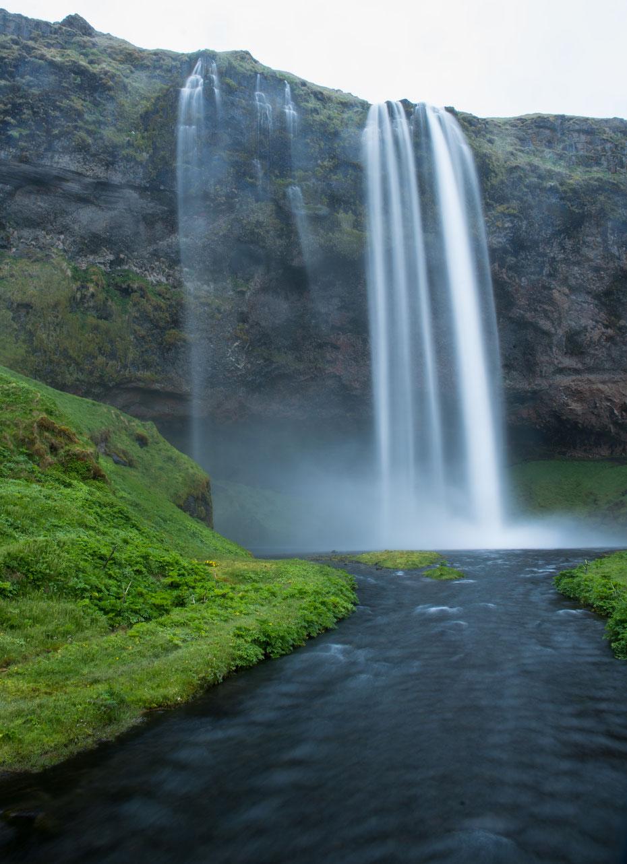 Seljalandsfoss - auch von vorne gibt der Seljalandsfoss ein wunderschönes Bild ab! Trotz schlechtem Wetter hätte ich Stunden an diesem Wasserfall verbringen können.
