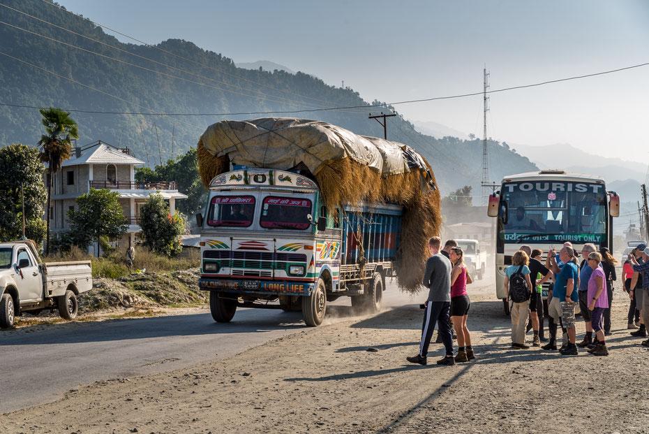 Ziemlich chaotisch geht's auf den Straßen in Nepal zu. Lastwagen, Busse, Taxis und Motorräder teilen sich teils abenteuerlich jede sich bietende Lücke... Wir sind derweil unterwegs nach Pokhara.