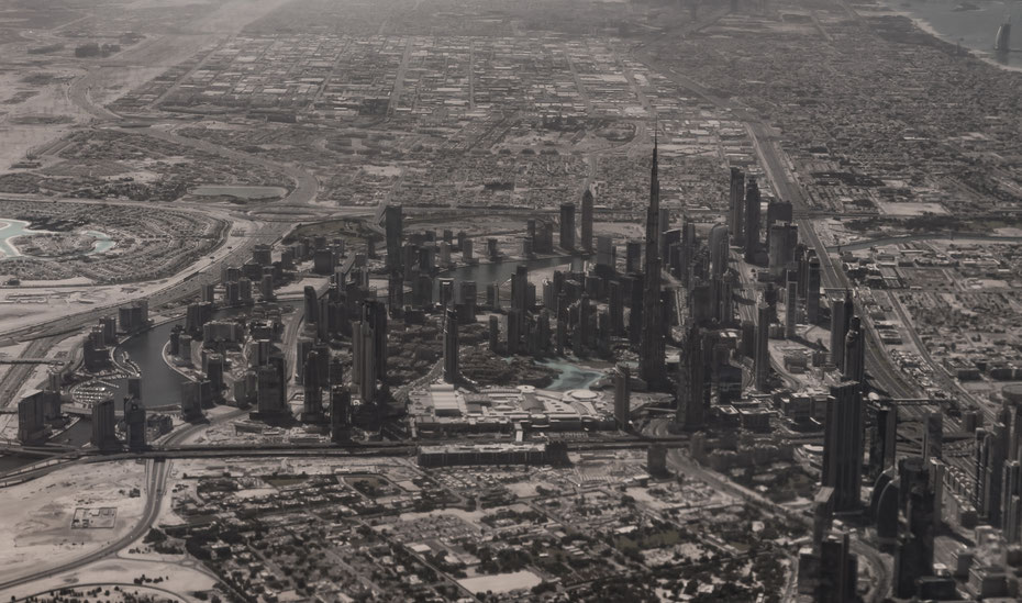 Dubai aus der Luft. Bereits beim Anflug kann man die beiden sehr unterschiedlichen Teile der Stadt erkennen. Hochmoderne Wolkenkratzer und 1001 Nacht auf recht engem Raum.