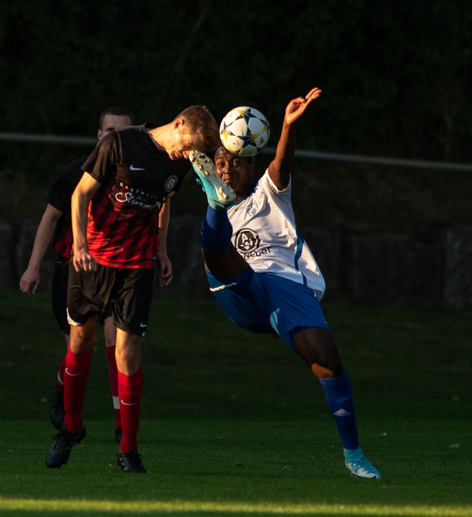 Im Derby zwischem dem SV Deggenhausertal und dem SCM wurde sich nichts geschenkt. In einem rassigen Spiel trennten sich die beiden Bezirksligisten 3:3 Unentschieden.