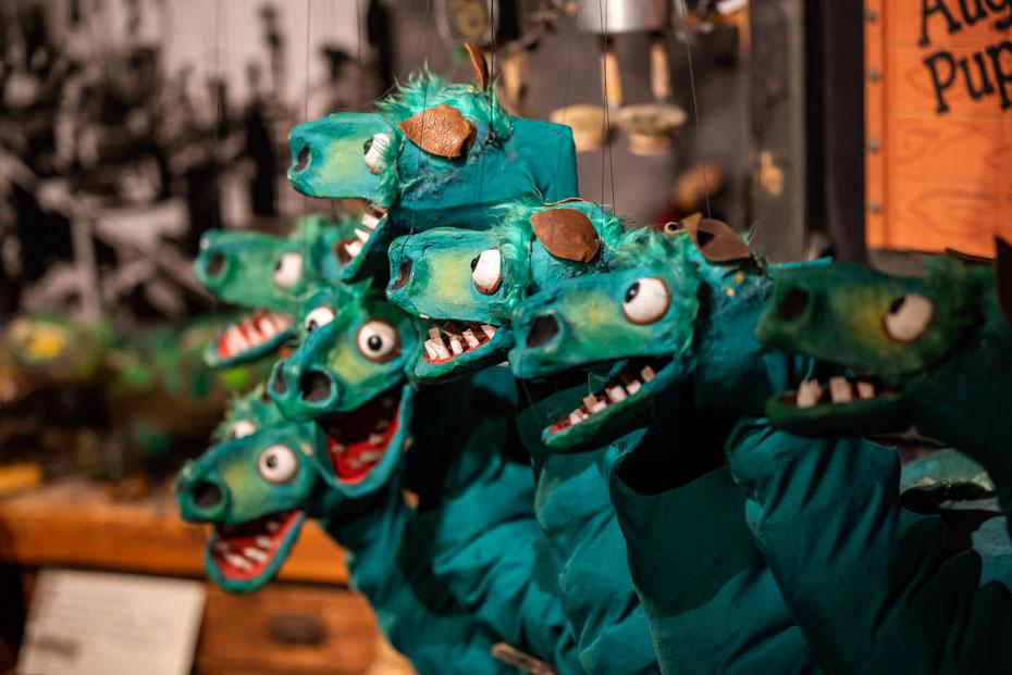 """""""Drachen und Dinos"""" heisst die derzeitige Sonderausstellung in der Kiste. Die langhalsigen Furien des Höllenfürsten Pluto aus dem Stück """"D. Joannis Fausti"""" freuen sich am Eingang der Ausstellung auf die Museumsbesucher."""