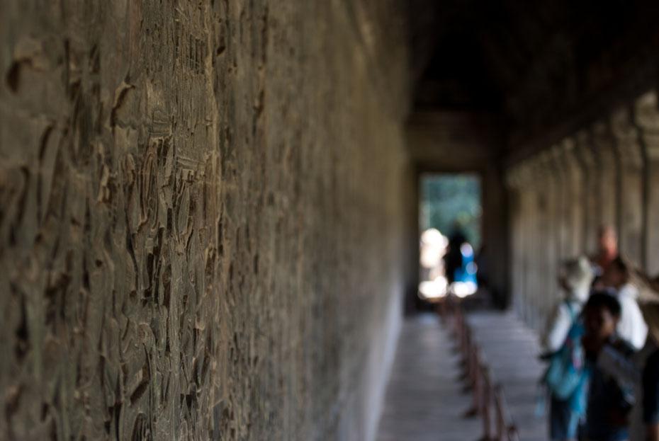 Die Relieffe mit traditionellen hinduistischen Heldensagen laufen einmal rundherum um Angkor Wat. Die Kunstwerke stammen aus dem 11. Jahrhundert, unvorstellbar wie viel Arbeit darin steckt.