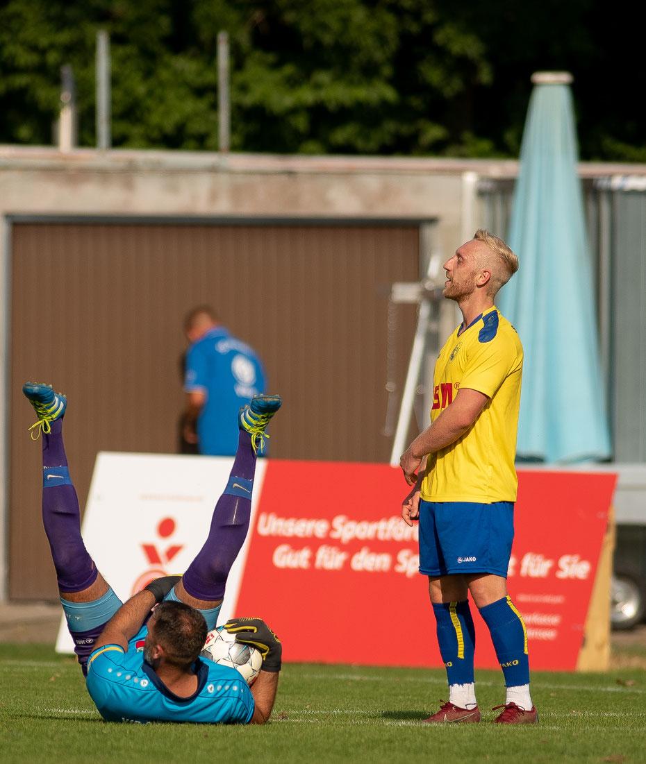 Kuriose Szene nach einer Torchance im Spiel SpVgg F.A.L. - VfR Stockach. Die Linzgauer setzen sich im Landesliga-Duell deutlich mit 6:1 gegen das Team aus dem Osterholz durch.