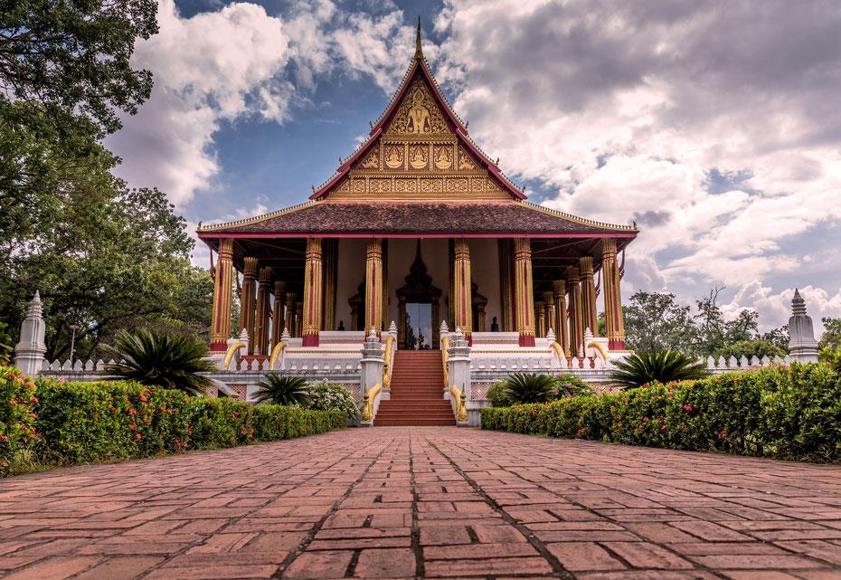 Religion ist ein wichtiger Teil der Kultur. Glücklicherweise hat der Buddhismus nach einer Zeit der Verbannung seinen Weg zurück in den Alltag gefunden. Der Wat Si Muang ist einer der schönsten Tempel der Hauptstadt (vielleicht sogar der schönste!).