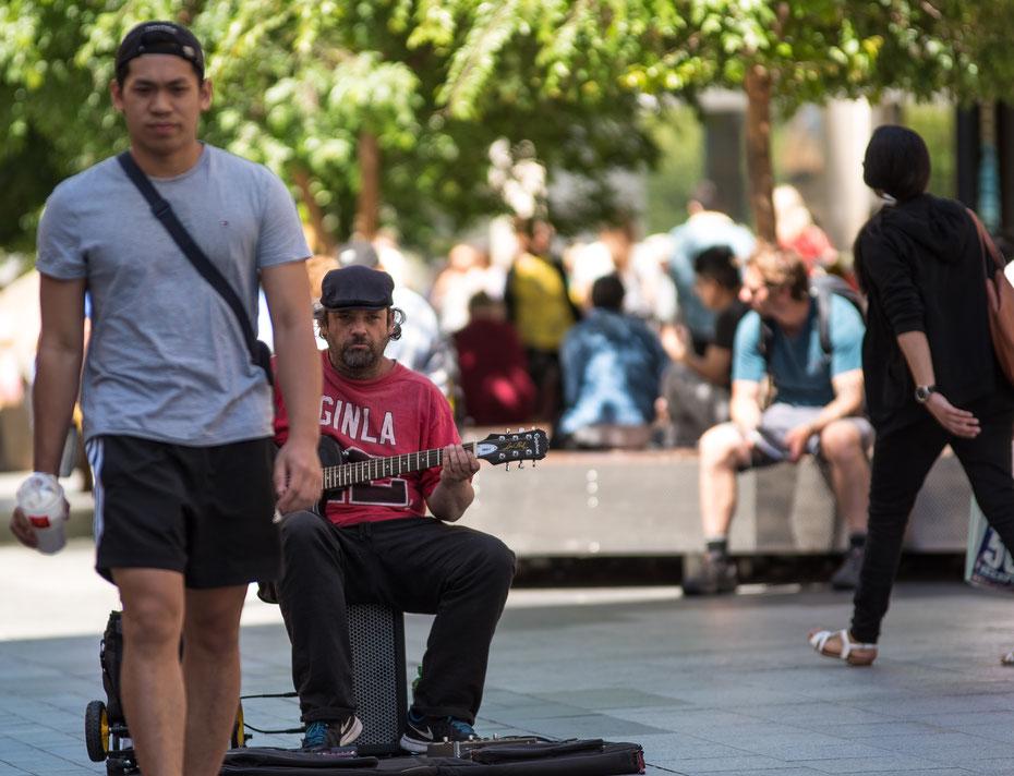 Why so seroius? - einer der unzähligen Straßenperformern in Adelaide. Sonne, gemütlich duch die Stadt schlendern und Bluesrock dazu - I love Adelaide ;-)