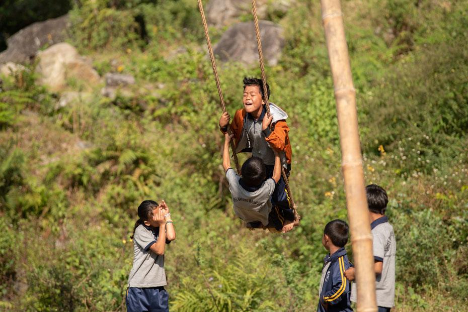 Hoch hinaus geht's für die Kids bevor die Schule losgeht. Einmal im Jahr soll jeder Nepali die Erde verlassen - mit einer großen Schaukel klappt das natürlich recht gut...