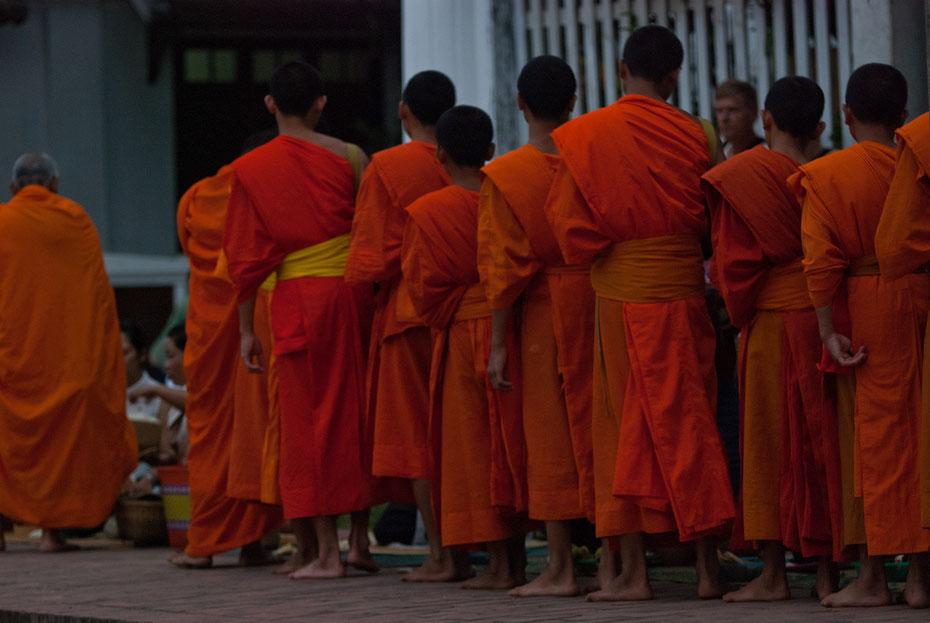 Jeden Morgen machen gehen die buddhistischen Mönche in die Stadt um Almosen zu sammeln. Für die Gläubigen eine wichtige Tradition, für die Touristen ein willkommenes Photomotiv.