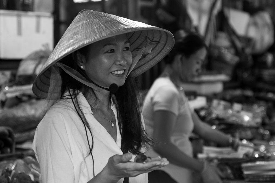 Van - auf dem Morgenmarkt von Hoi An zeigt uns Kochlehrerin Van einige Geheimnisse der vietnamesischen Küche. Später werden die frischen Zutaten zu fantastischen Gerichten verarbeitet.
