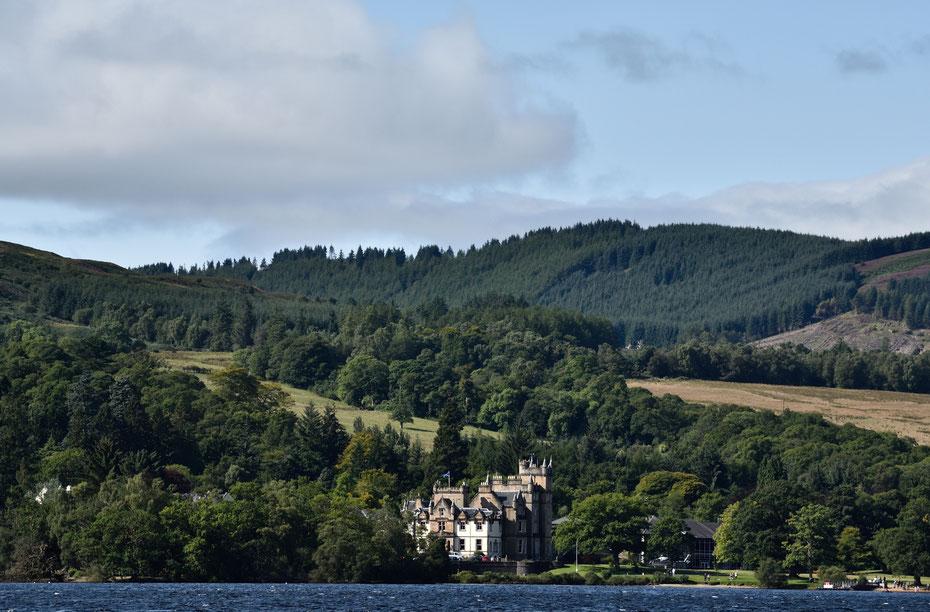 Wie man sich Schottland vorstellt: ein malerischer Loch (See), viel grün und majestätische Schlösser oder Burgen.