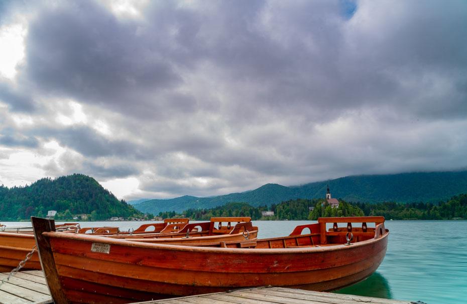 Zurück am Bleder See: mit dem Boot kann man den See aus einem anderen Blickwinkel erkunden. Auch als Photomotive eignen sich die vielen kleinen Boote natürlich!