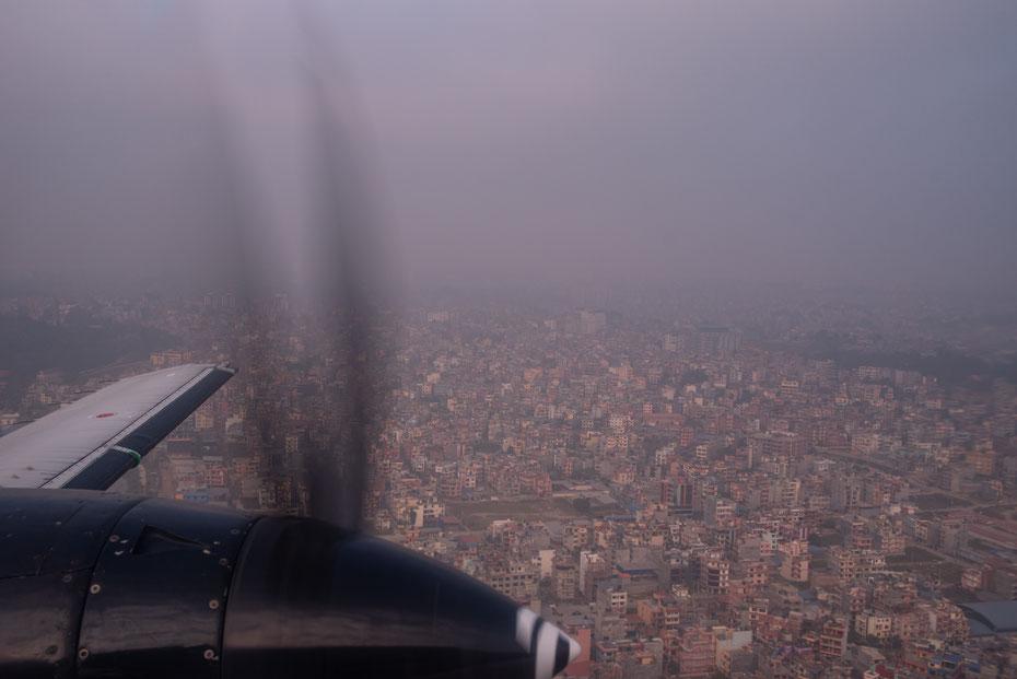 Kathmandu Views - mit Yeti Airlines Flug 1301 geht es in die Berge. Kurz nach dem Abheben bietet sich aber auch eine tolle Sicht auf die Hauptstadt. Da sieht man erstmal wie groß die Stadt wirklich ist!