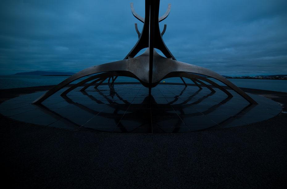"""Kreativ sind die Isländer ja - fast jeder spielt in einer Band, schreibt Bücher oder Gedichte oder versucht sich in bildender Kunst. Eins der neuesten Kunstwerke in Reykjavik ist die """"Sun Voyager"""", ein stilisiertes Wikinger-Boot."""