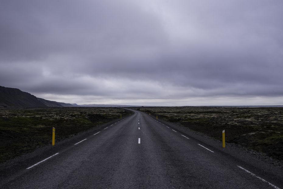 Einsamkeit - die Ringstraße (Straße 1) ist die Hauptverkehrsader Islands und trotzdem findet man die Zeit sich mitten auf die Straße zu stellen um ein paar Bilder zu machen die diese Weite und Einsamkeit zeigen.