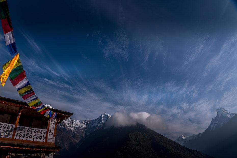 Ein bisschen was für's Nepal Klischee: blauer Himmel, schneebedeckte Siebentausender (fast, dem Machapucharé fehlen nur drei Meter) und bunte buddhistische Gebetsfahnen. Es ist halt aber auch ein schönes Motiv!