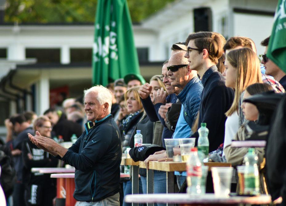 Die Fans der Dornbirner Admira beklatschen den Sieg ihrer Mannschaft beim FC Kennelbach [Vorarlbergliga 2016/2017]