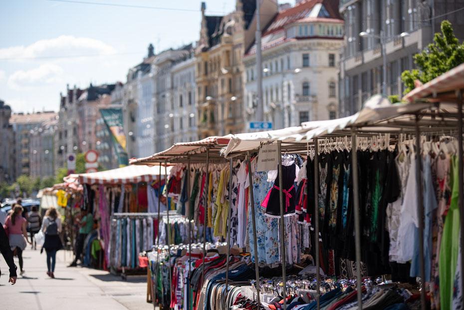 Mitten im 6. Wiener Gemeindebezirk liegt der Naschmarkt. Ein Treffpunkt für Touristen und Einheimische die auf der Suche nach exotischen Gerüchen, Farben und Geschmäckern sind. Es gibt auch Restaurants und Cafés zum verweilen und genießen.