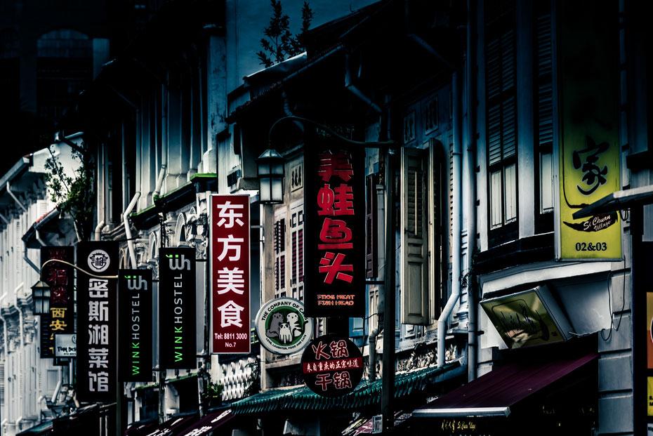 Chinatown - Sir Thomas Raffles hat Singapur nach seiner Ankunft in verschiedene ethnische Viertel aufgeteilt die bis heute bestehen. Chinatown hat sich mit den vielen kleinen Handeshäusern seinen Charme erhalten und ist ein Magnet für die vielen Touristen